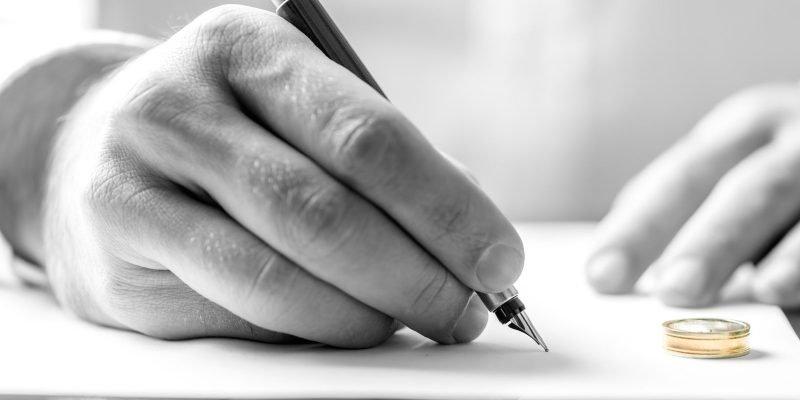 mano che firma sentenza di divorzio