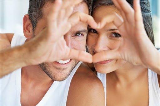 coniugi sorridenti manifestano il loro amore