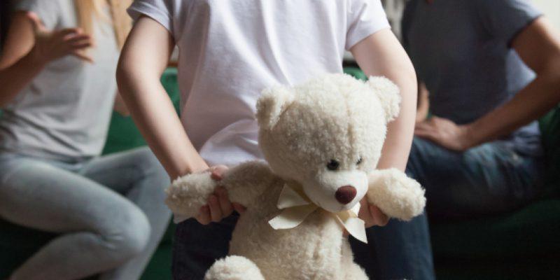 bambino assiste al litigio dei genitori