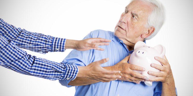il nonno tiene fra le mani il salvadanaio e rifiuta di consegnarlo