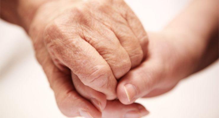 due mani si stringono in segno di vicinanza e aiuto