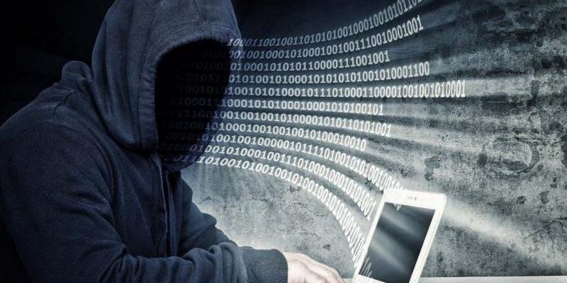 Uomo senza volto che scrive al computer