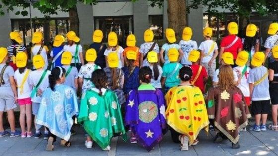 foto di classe con bambini voltati di spalle