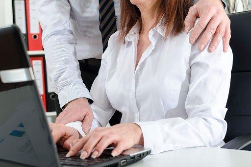 donna molestata mentre lavora